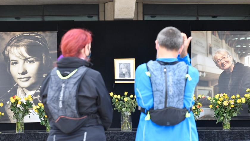 Megemlékezők Törőcsik Mari portréinál a Nemzeti Színház előtt 2021. április 16-án.