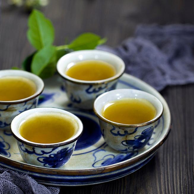 Reggeli ébresztő kávé helyett: fekete vagy zöld teával indítsd a napot?