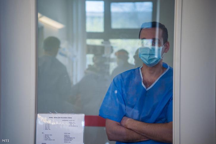 Védőfelszerelést viselő orvos a koronavírussal fertőzött betegek fogadására kialakított intenzív osztályon a Szent László Kórházban 2021. április 12-én