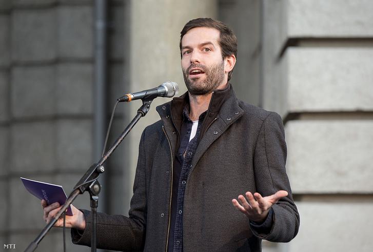 Fekete-Győr András a Momentum elnöke felszólal a győri városháza előtti téren 2019. október 12-én