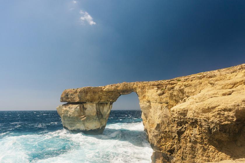 Az Azúr ablak néven ismert természetes kőhíd Málta egyik legnépszerűbb látványossága volt, 2017-ben omlott össze. A szakértőket nem érte váratlanul a jelenség, korábban már megjósolták, hogy a természet erői előbb-utóbb kikezdik a képződményt. Nem sokkal később felröppent a hír, hogy építészek az acélból történő újjáépítését terveznék, de ez eddig még nem történt meg.