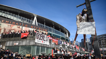 Óriási balhé Londonban, az Arsenal-tulaj távozását követelik