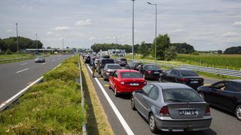 Áll a kocsisor a román és a szerb határnál