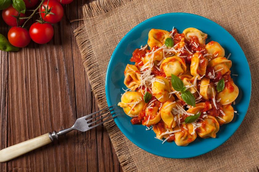 Paradicsomos-bazsalikomos tortellini: parmezánnal megszórva még finomabb
