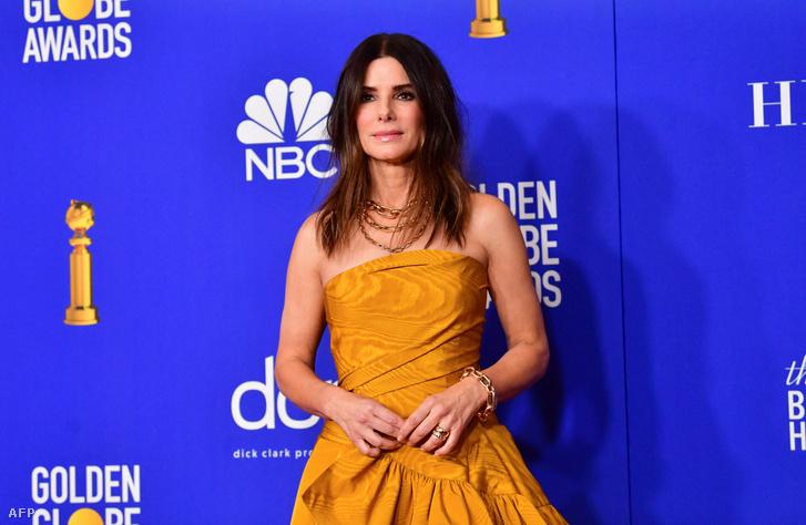 Sandra Bullock pózol a 77. Golden Globe-díj-átadón 2020. január 5-én