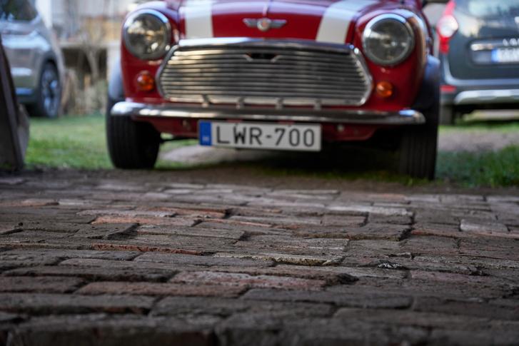 Bontott téglából építettünk neki placcot a színben - angol autót angol körülmények közé!
