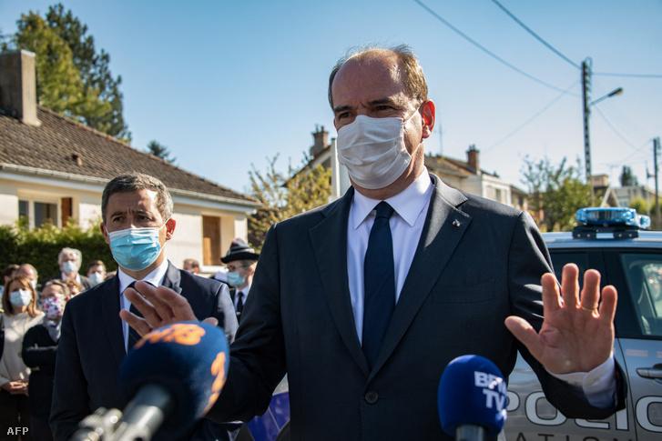 Jean Castex francia miniszterelnök és Gerald Darmain belügyminiszter (balra) nyilatkozik a sajtónak a ramboulliet-i rendőrőrs közelében 2021. április 23-án