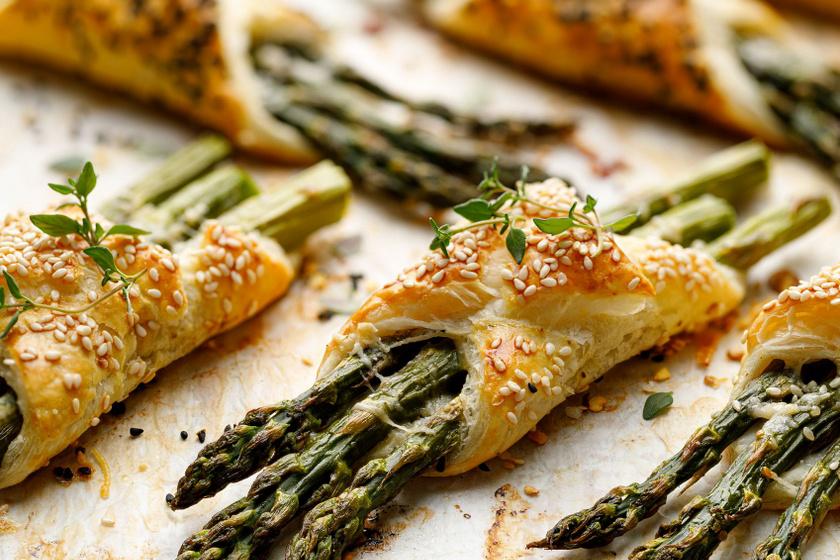 Sonkás-sajtos spárga leveles tésztában sütve: bolti tésztából pikk-pakk elkészül
