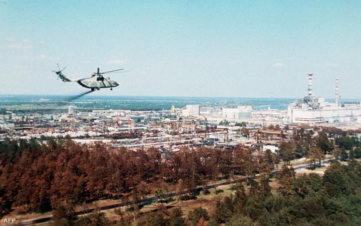 Egy katonai helikopter a csernobili atomerőmű melletti erdő felett néhány nappal a robbanás után