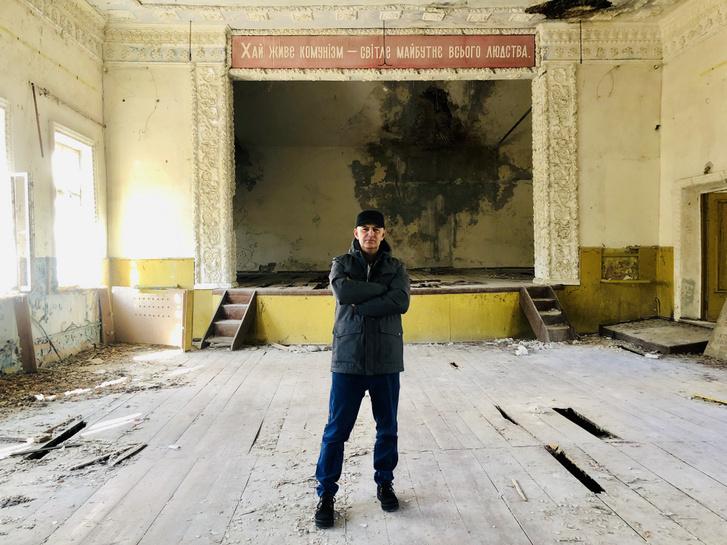 Vujity Tvrtko egy 1959-ben épült művelődési központ elhagyatott épületében a lezárt zónán belül található Zalisszja faluban