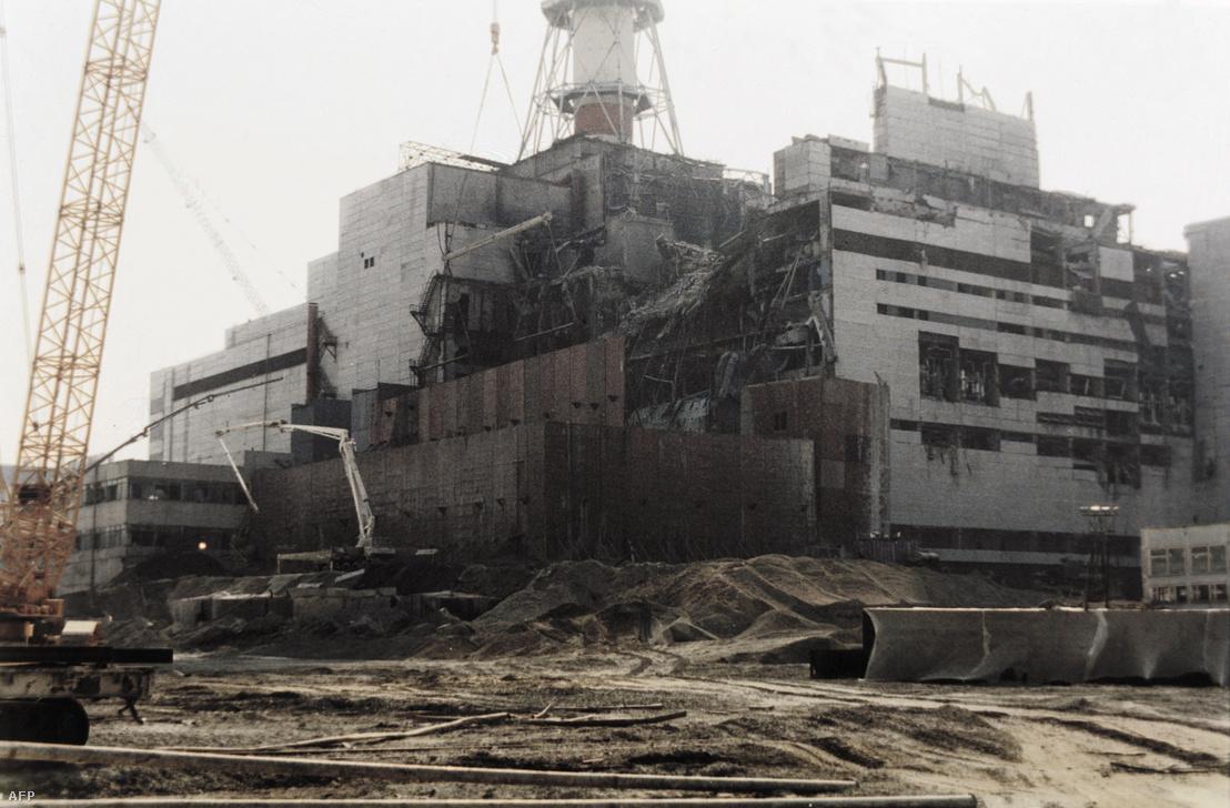 A csernobili atomerőmű javítása az 1986. április 26-i robbanást követően készült fotón