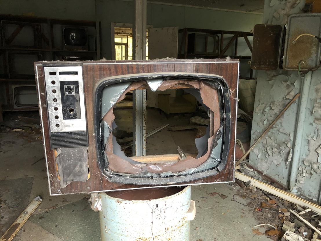 Tönkrement televízió készülék egy elhagyatott üzletben