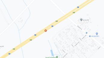 Torlódás az M7-es autópályán, szalagkorlátnak ütközött egy autó