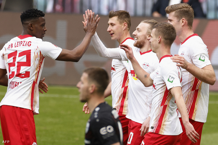 A hazaiak második gólját szerző Emil Forsberget veszik körbe a társak