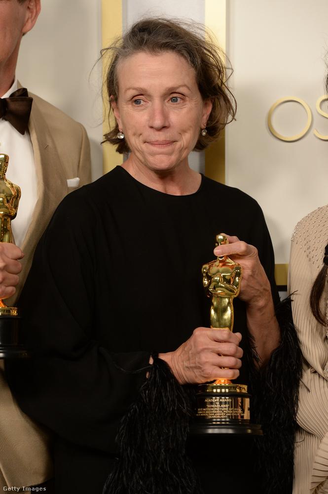 Jó, most már megmutatjuk magát a díjazottat is - Frances McDormandről (Nomadland) ugyancsak kevés olyan fotó készült, amelyen jól látszik: sötét ruhája vagy beleolvadt a háttérbe, vagy egyszerűen kitakarták mások.Ez a harmadik Oscar-díja, az elsőt a Fargóért kapta, a másodikat a Három óriásplakát Ebbing határábanért.
