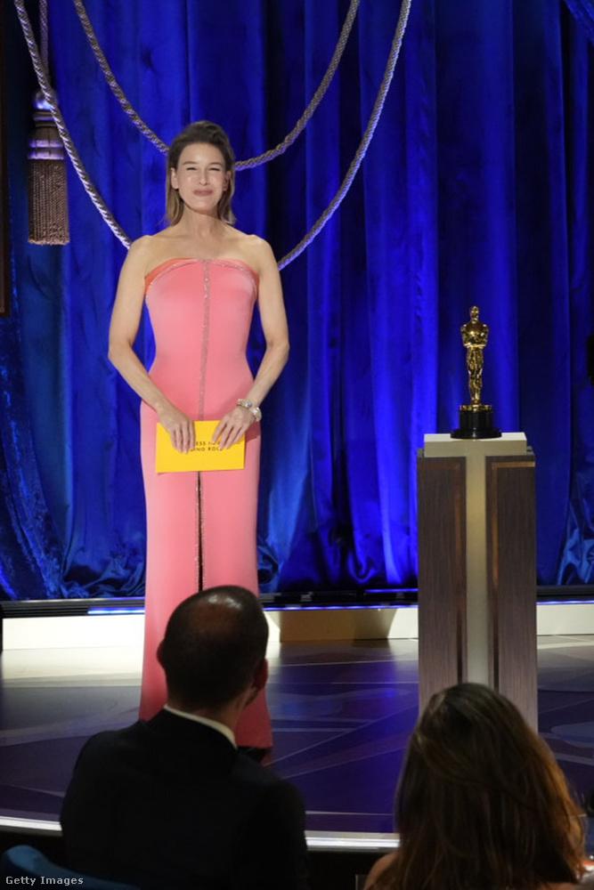 Renée Zellwegerről sajnos ez az egyetlen olyan fotónk van, amelyen legalább valamennyire látszik ő is, és a Giorgio Armani Privé estélyije is