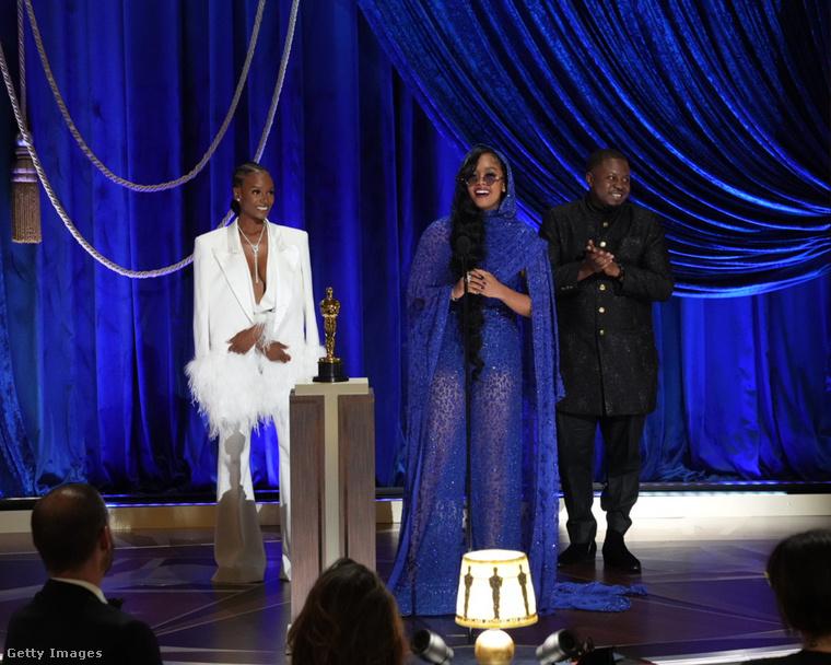 A legjobb dal díját pedig a Fight for You kapta meg, a Judas and the Black Messiah-ból.Szerzői balról jobbra: Tiara Thomas, H.E.R., D'Mile.