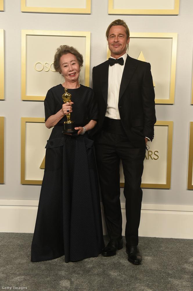 Youn Yuh-jungnak Brad Pitt adta át a legjobb női mellékszereplő díját.