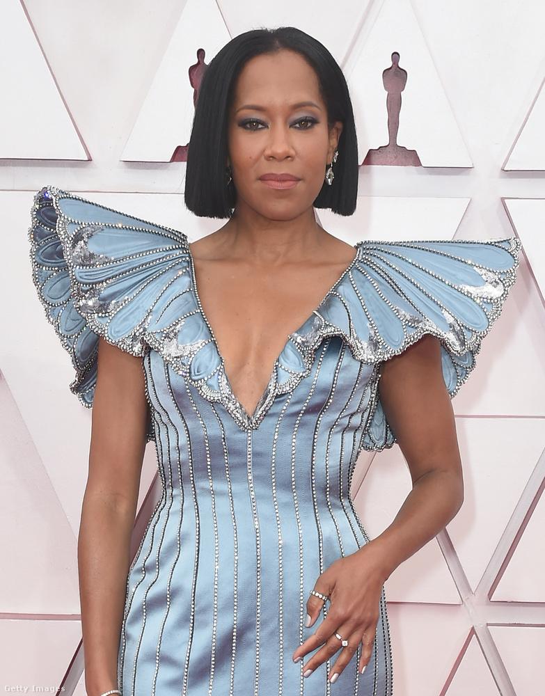 A pillangószárnyú ruháról a Vogue közölt egy cikket, eszerint 140 órán keresztül készült, 62 ezer flitter, 3900 világos színű csillogó kő, 4500 sötétebb van rajta, illetve 80 méternyi díszítő öltés.