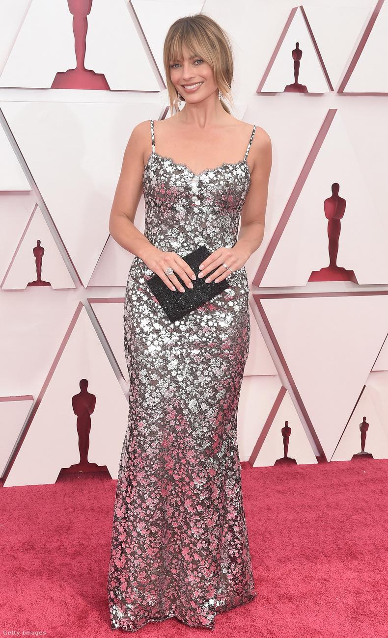Margot Robbie egyszerűen csak ott volt, egy elég jó frufruval, virágos Chanelben.