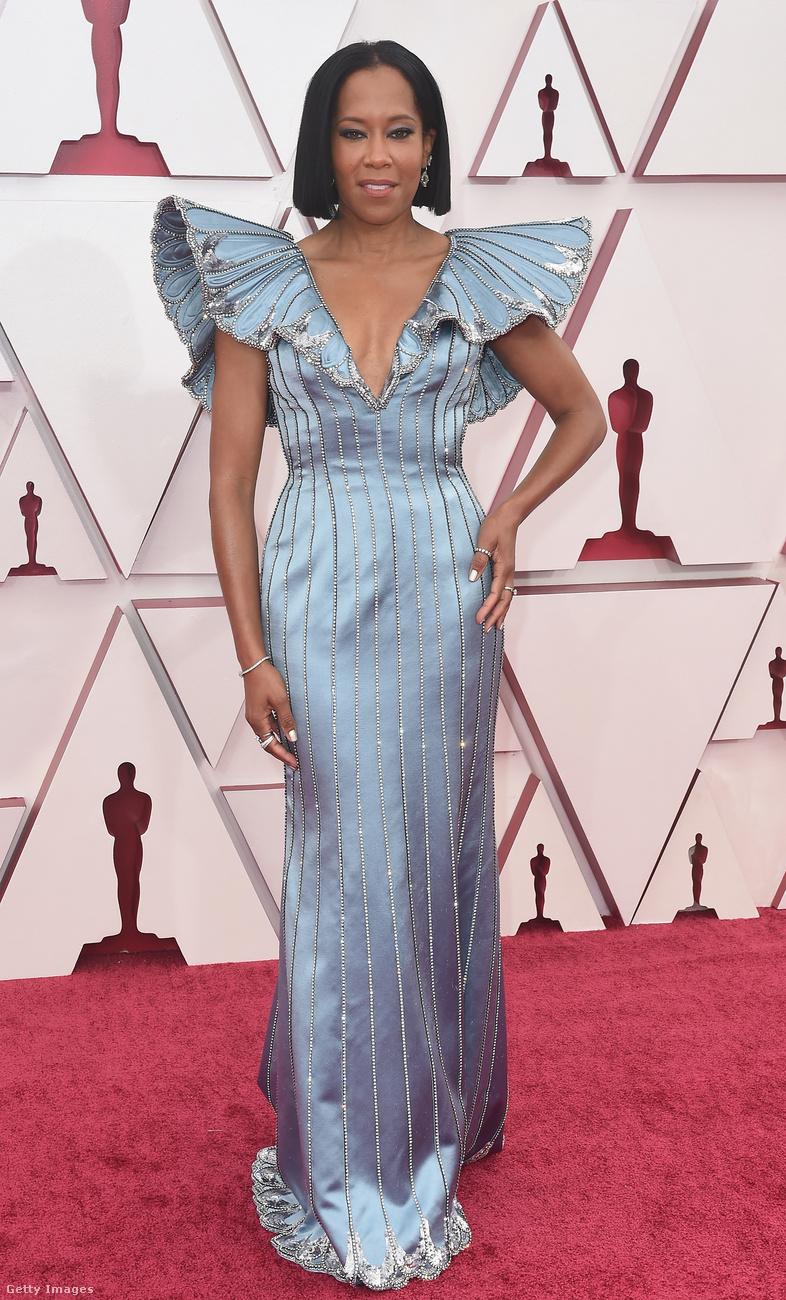 Regina King a legjobb eredeti és adaptál forgatókönyvek díjait adta át, egy fantasztikus Louis Vuitton-estélyiben.