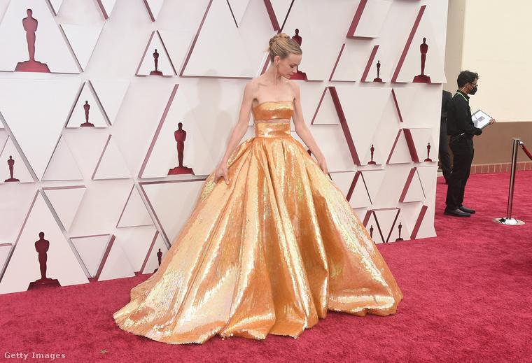 hogy az Oscar-szobor hattyúkecses női kiadásaként jelent emg a díjátadón.