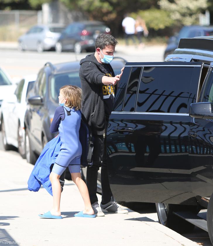 Ez a fotó kicsit (egy héttel) korábban készült, Affleck itt úszásról vitte haza a gyerekét