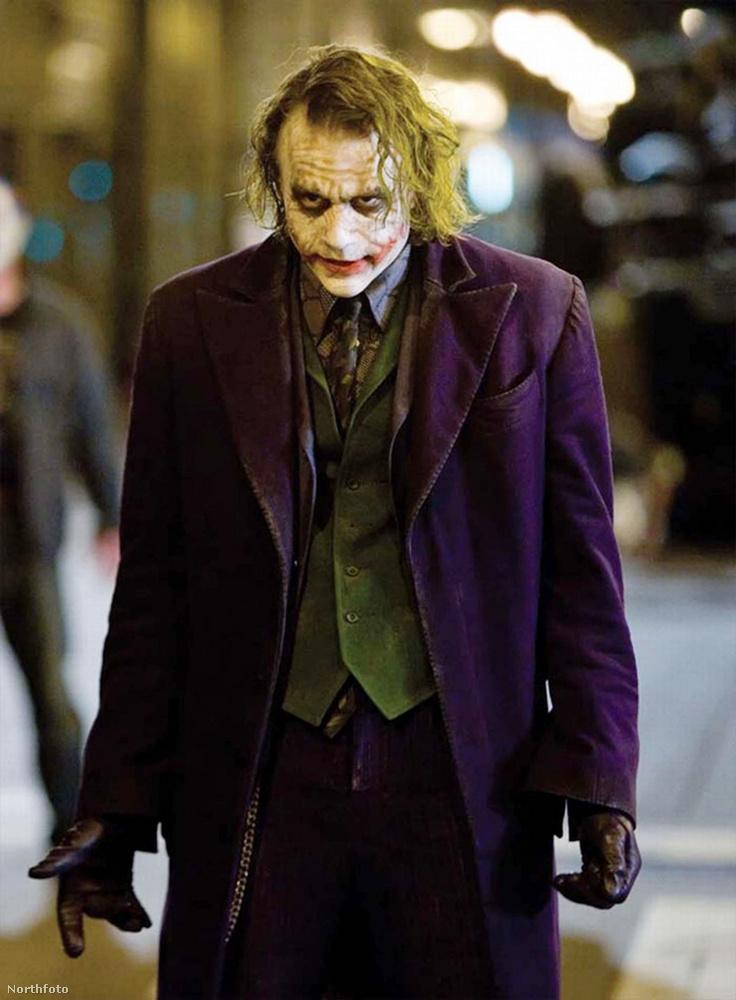 Itt például Heath Ledger látható a legendás szerepben, igaz, az ő ruházata nyilván jóval kidolgozottabb.
