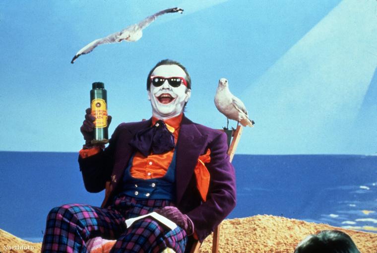 A lila öltönyzakó mindenesetre Joker klasszikus kiegészítője, Jack Nicholson is ilyet viselt.