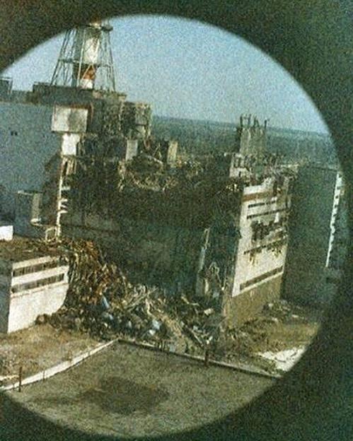A baleset utáni legelső fotó, 14 órával a robbanás után. A fotó az első helikopterről készült, ami a katasztrófa területét vizsgálta a sugárzás szintjének felmérése céljából. A sugárzás miatt a fénykép minősége romlott.