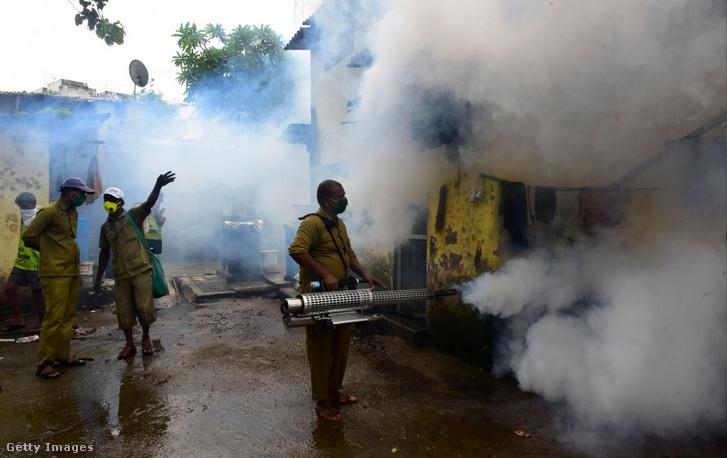 Szúnyogirtás Mumbaiban, Indiában 2020 júliusában
