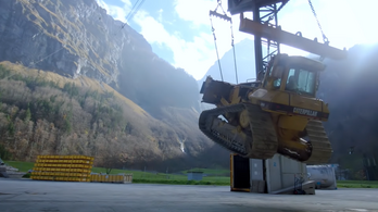 Svájcban sífelvonóval járnak dolgozni a munkagépek
