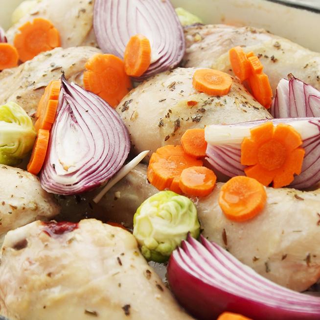 Puhára sült csirkecomb mediterrán fűszerezéssel: a körettel együtt készül