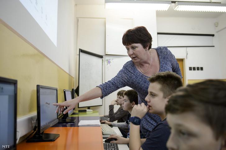 Tanár informatikaórát tart a budapesti Kőbányai Harmat Általános Iskolában 2016. március 9-én
