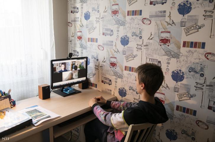 Hatodikos tanuló felel online németórán nyíregyházi otthonában 2021. március 8-án