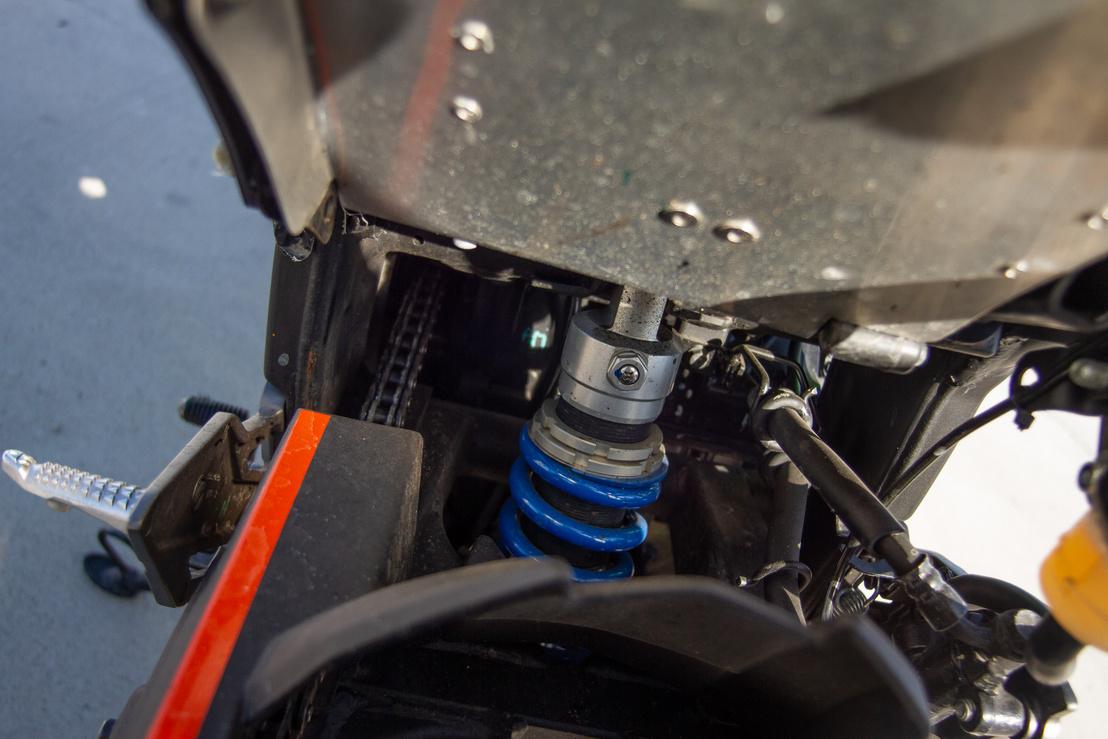 Egy egyszerűbb Wilbers rugóstag is fényéveket javít a futőművön, de természetesen az első villát is át kell dolgozni hozzá