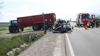 Traktor pótkocsijának ütközött a 62-es főúton, mentőhelikopter vitte kórházba