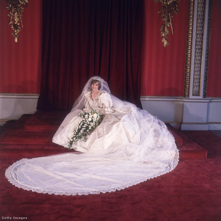 A ruhakölteményt, amelyet Elizabeth és David Emanuel terveztek, a hercegné 1981-ben viselte, amikor Károly herceghez ment nőül