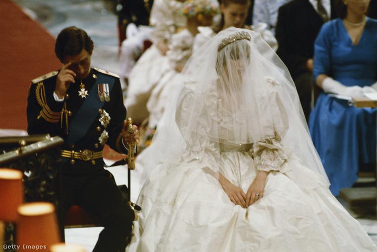 Ttízezer gyöngy díszítette a ruhát, amelyet az utolsó pillanatig igazítani kellett a hercegné alakjához - Dianának akkoriban más evészavarai voltak, az esküvő előtt is több ruhaméretet fogyott.