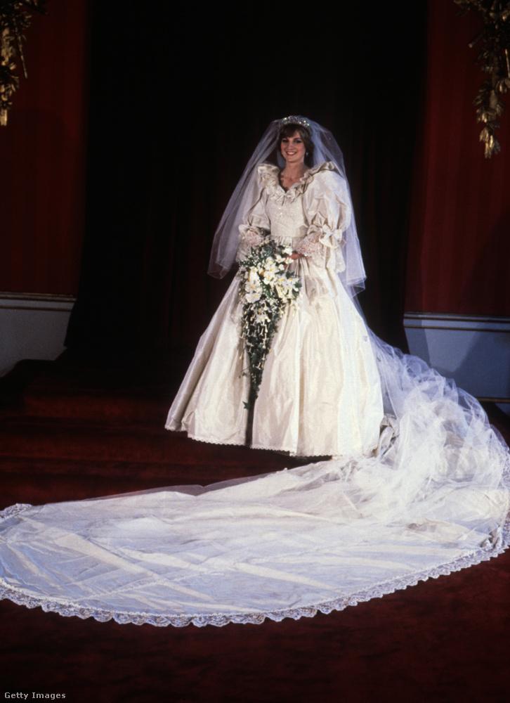 Ha további érdekességekre kíváncsi a hercegné ruhájáról, amelyhez még anyagában illeszkedő napernyő is készült,itt és itt tájékozódhat.Nem ez az egyetlen mód, ahogyan idén megemlékeznek a fiai a hercegnéről: július elsején lenne 60 éves, ebből az alkalomból szobrot emelnek neki a Kensington-palota kertjében.
