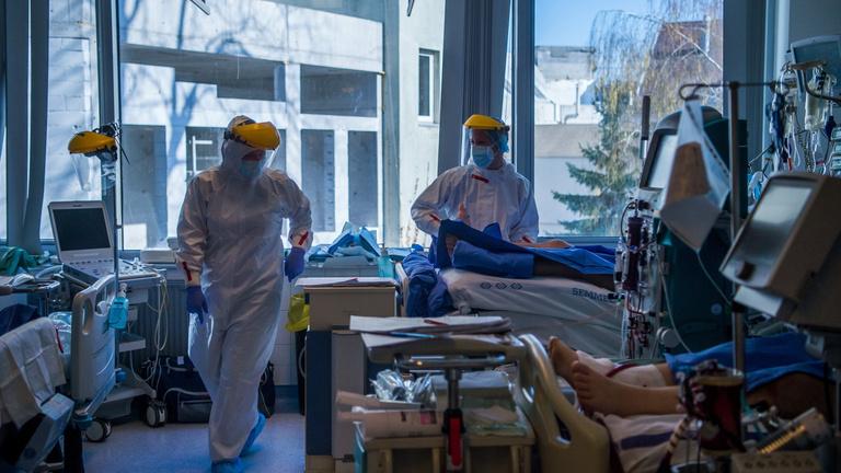 Csökkent az új fertőzöttek száma, a regisztráltak háromnegyedét már beoltották
