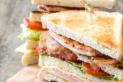 Nagyon laktató a klubszendvics: csirkemell, sonka és friss zöldség van a rétegek között