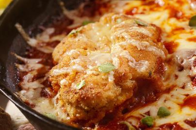 Sütőben sült csirkemell parmezános bundában – Fűszeres paradicsomszósztól szaftos