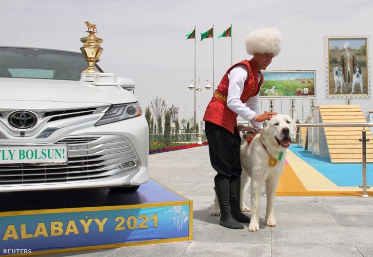 Az első alkalommal megrendezett alabai verseny győztes ebe, az állat gazdája a képen látható autót nyerte meg a dícsőség mellé.