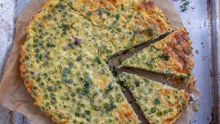 Zero waste a konyhában: ez a frittata maradék sajtokkal és az újhagyma zöldjével készült