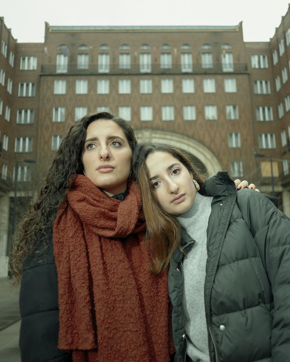 A Madách tér a kerület egyik ikonikus helyszíne, valamint a budapesti zsidóság történelmében is fontos és meghatározó szerepet játszott. A zsidó közösségen belüli szoros kapcsolatot a képen látható Madrich-ként is aktív szerepet vállaló ikerpárral szerettük volna szemléltetni.