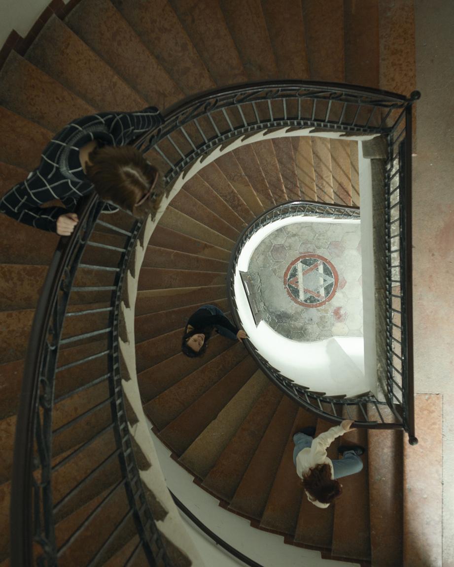 Fontosnak tartottuk, hogy a sorozatban megjelenjenek erzsébetvárosi helyszínek is. A képen látható lépcsőház is a kerületben található. Bóka László helytörténész segítségével találtunk rá az alábbi helyszínre. Akárcsak a sorozatban szereplő többi kép, ez sem szolgál egy egydimenziós illusztrációként az általunk feldolgozott témához.