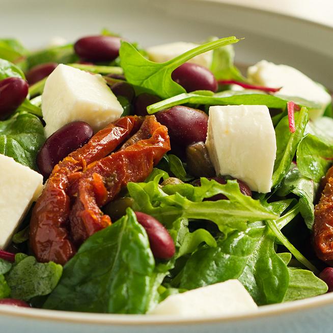 Egészséges spenótsaláta aszalt paradicsommal és babbal: könnyű vacsora vagy köret is lehet
