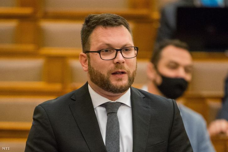 Schanda Tamás János, az Innovációs és Technológiai Minisztérium parlamenti és stratégiai államtitkára napirend előtti felszólalásra válaszol az Országgyűlés plenáris ülésén 2021. április 27-én