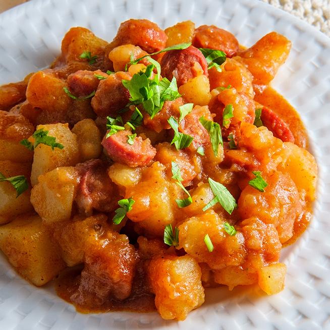 Kiadós, szaftos paprikás krumpli roppanós virslivel: újkrumpliból készítve is isteni
